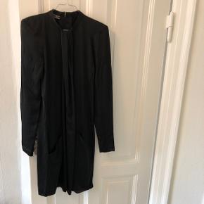 Smuk kjole med skulderpuder fra Malene Birger. Drapering og lommer foran. 100% viscose, men ligner silke. I flot stand. Sælges for 400,- ✨