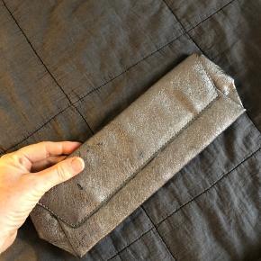 Smuk Calvin Klein clutch - lynlås lomme på bagsiden. Aldrig brugt!!