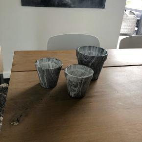 3 søde urtepotter som er næsten nye og brugt til krydderurter i køkkenet. De passer dog ikke helt ind i stilen med Marmorlook så derfor sælges de igen. Det er ikke rigtig marmor men der er brugt en imponerende teknik som gør at det virkelig ligner.  2 stk 10 høj og 9 cm i diameter  1 stk 12,5 cm høj og 12 cm i diamanter. De er købt i blomsterforretning og var halvdyre. Sælges samlet for kr. 150,-