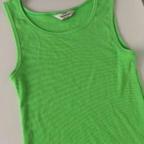 Denne neon grønne top er brugt en enkelt gang. Stadig lækker blød i stoffet.  Størrelsen er xs, men den er lang i modellen.  Køber betaler fragt!