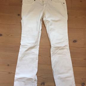Lee jeans, model Leola (slim fit øverst, let svaj forneden), str.30/33. 98% bomuld, 2% elastan. Nypris 699,- - sælges billigt, så smid et bud 😊