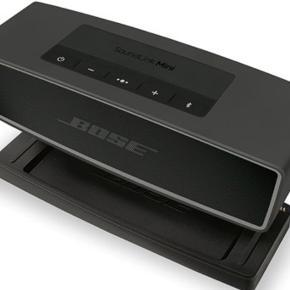 BOSE soundlink mini II højtaler i sort.   Standen er som ny, og den fungerer som den skal. Sælges da den ikke bliver brugt.   Til højtaleren medfølger original kasse og opladestation.   Mp. 900 kr.  Skriv for interesse. Flere billeder kan sendes.