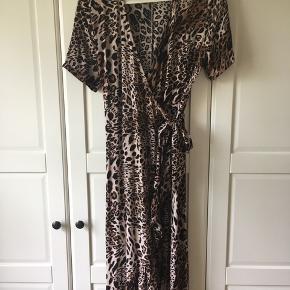 Særdeles flot slå-om kjole - aldrig brugt..  Ny pris 700 kr 36 kr med DAO
