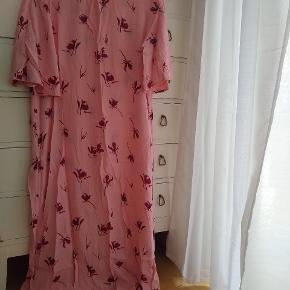Brugt max 5 gange Lyserød kjole med røde detaljer