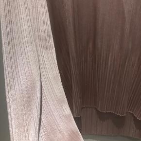 Så fin bluse fra zara i skinnede materiale. Er brugt få gange og derfor i super stand 🌸