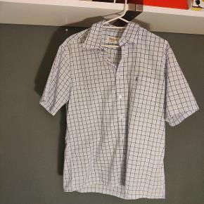 Yves saint Laurent skjorte i super god stand!  Passer en large, men kan også sagtens passe mindre og større, alt afhængig af hvordan man ønsker den skal sidde (billede af pasform kan sendes)
