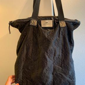 Taske jeg har brugt en del og været glad for gennem mange år. Flot taske med mønster, men brugt.