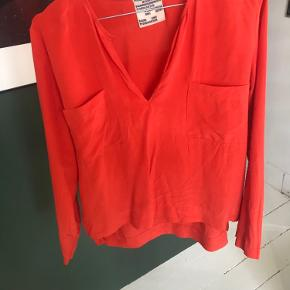Nydelig bluse, har nogle pletter som ikke er så synlige på (synes jeg). Er ikke forsøgt renset. Men ellers i perfekt stand