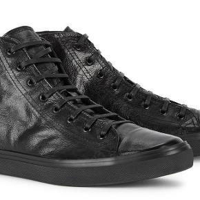 Varetype: SPAR 1000! Black Bedford Mid-Top SneakersStørrelse: 35/5/37/39/39/5 Farve: SORT Oprindelig købspris: 4499 kr. Prisen angivet er inklusiv forsendelse.  JEG ER VIP BRUGER! ALLE VARER ER 100% ÆGTE.  NIB (NEW IN BOX) Saint Laurent  Black Bedford Mid-Top Sneakers  Mid-top 'baby washed' leather sneakers in black. Round toe. Tonal lace-up closure. Embossed logo at tongue. Eyelet vents at inner side. Tonal rubberized logo patch at outer side. Embossed logo at heel collar. Tonal canvas lining. Tonal treaded rubber sole featuring embossed logo at heel. Tonal hardware. Tonal stitching.   Upper: leather. Sole: rubber. Made in Italy.