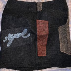 """Den lækreste nederdel fra Desigual sælges. """"Uld-agtigt"""" stof. Fede detaljer."""