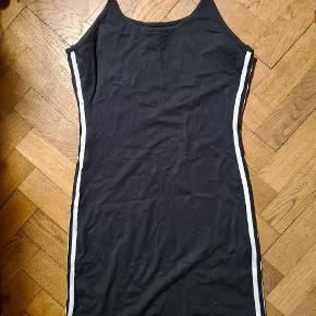 Sød Kjole af mærket Adidas sælges.  Kjolen er aldrig brugt, kun prøvet på og efterfølgende blevet vasket.   Nypris: 300 kr. Sælges for 155 kr.