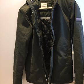 Klassisk jakke fra Marcus i str xs. Min søn har brugt den en særson. Svare til ca 170 tænker jeg