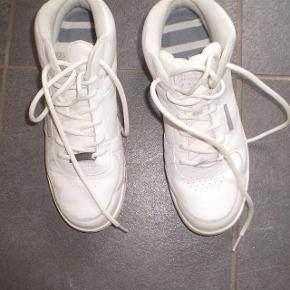 Varetype: Korte Støvler Farve: Hvide Oprindelig købspris: 700 kr.  Super lækre støvler, sønnen desværre voksede for hurtigt ud af.  Derfor ikke brugt meget og er mere NSN end GMB.  Indvendig sål måler 26 cm