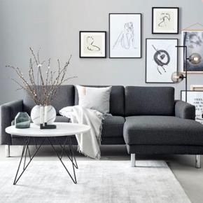 Sælger vores Cleveland sofa, udelukkende af den grund at vi ønsker en mindre sofa til vores stue. Bagsiden af sofaen er blevet afbleget lidt af solen, men det ses ikke hvis den står op ad en væg (sender gerne billeder). Ellers fremstår den fin og er rigtig komfortabel. Kan afhentes i Aalborg ☺️  Nypris: 5500kr