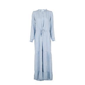 Fineste Maxi kjole fra Neo Noir 💙🦋 Løs pasform og knapper ned foran, såvel som flæser i skørtet og bindebånd der kan strammes ind i talje. Kjolen kommer i en lækker blød kvalitet med en vævet stribe. Inkl. under kjole.