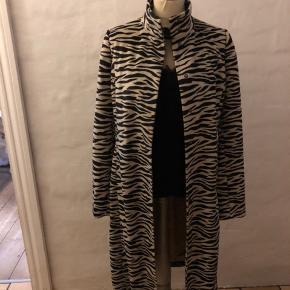 Super fed frakke (meget let, så er ikke en vinterfrakke)