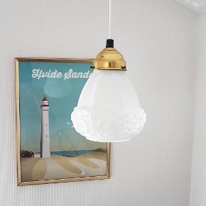 Fin gammel pendel lampe i mælkefarvet glas og fine detaljer 🌹 Ingen skår. Ny ledning. H 18 cm Ø 13 cm