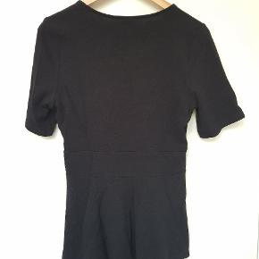 Sort Peplum top i behageligt strækmateriale fra Gina tricot i str. L. Giver en flot figur.