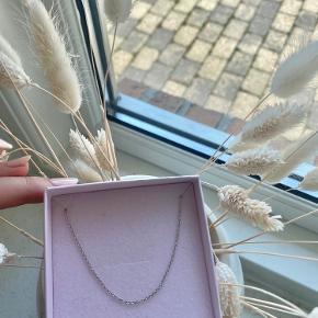 Kæde fra Jane Kønig i længden 60cm. Kæden er blevet renset med sølvrens og fremstår så fin - se billeder 😄 BYD gerne !