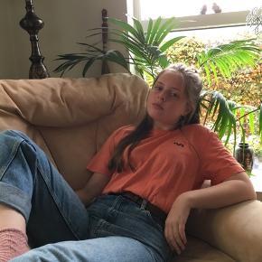 Fin og dejlig H2O t-shirt i orange.🌞 Passer både medium eller small. 8 i stand, næsten ikke brugt.    Skriv pb for flere billeder 📷