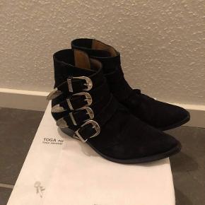 Super fine støvler fra Toga Pulla sælges da de ikke bliver brug mere. I super fin stand! Prisen er ikke fast så skriv gerne ved interesse så aftaler vi en fin pris.
