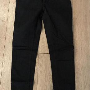 """Varetype: Jeans Størrelse: 29""""/32"""" Farve: Sort Oprindelig købspris: 700 kr.  Helt nye jeans fra Samsøe & Samsøe aldrig brugt. Klassisk sorte jeans skinny fit med normal talje er fremstillet af stretchdenim, som holder faconen og sidder fantastisk. Bukserne har """"Stay Black""""-indfarvning, som holder farven længere. Disse jeans passer til alle kropstyper.  Model: Alice Kvalitet: 93% bomuld, 5% polyester, 2% elastan"""