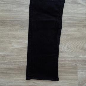 Lækre sorte bukser fra ZARA Boys, udført i skønt baby fløjel.  Har to par. Et par i sort, og et par i lys kanel.  Sidder rigtig godt på.   Passer godt til de overdele og trøjer jeg har til salg.  Str. 164.  Se også mine andre annoncer. Har en del i denne størrelse ☺️