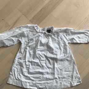 Varetype: Kjole Farve: Hvid Oprindelig købspris: 399 kr. Prisen angivet er inklusiv forsendelse.  Fin let bomuldskjole med knapper i ryggen.