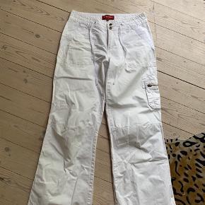 Bukserne er som nye, udover en lille misfarvning på siden af det ene bukseben i bunden.  Se billede.