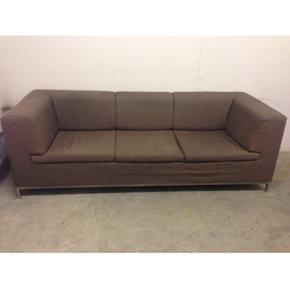 Utrolig komfortabel 3 pers. sofa med stålben. Plads til at ligge udstrakt(2 m). God siddekomfort og brunt blandingsstof der let kan aftørres ved spild. Nypris 7800kr