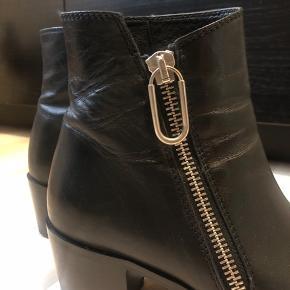 Støvlerne er brugt 1 gang, og fremstår derfor som nye.  Nypris: 2100 kr
