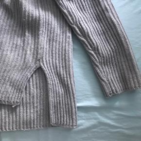 Grå sweater med slit i siden