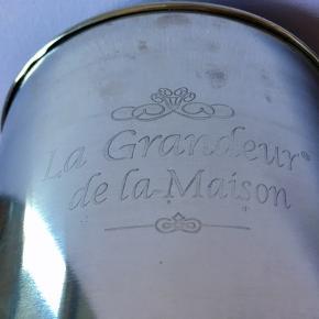 18-80. Ægte fransk Champagnekøler. Champagnekøler ?La Grandeur de la Maison?. HxØ: 28x24 cm. Med lækkert tykt reb hanke Ø: 31cm. 1243g.  Sælges kun 499kr.   Perfekt til alle store fester/begivenheder som et festligt indslag: nytår, fødselsdage, dimission, studenterfest, svendegilde, bryllup, konfirmation & romantisk hyggeaften/middage med kæresten en varm sommerdag.  Egnet til kunstnere som har fernisering, reception, åbningsevent eller gallapremiere.  Gaven til ham/hende som har alt.   Fra røgfri, børnefri & dyrefri hjem. Flasker følger IKKE med. Se mine andre annoncer: flasker op til 15 L, champagnesabler & Champagnekølere. Kan skaffe andre typer, så spørg om det.