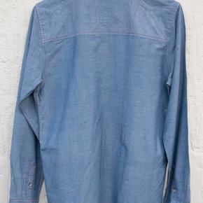 Ny, fin skjorte i chambray (tyndt cowboystof) med nister. Str. M, men lille i str. så snarere S, se mål. Ryglængde 71 cm, overvidde 2 x 50 cm. 100 % bomuld. Købspris 500 kr. Helt og aldeles ubrugt. ...  #30dayssellout