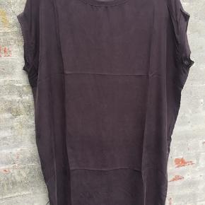 Blommefarvet silkekjole/tunika .. Længde til omkring knæet (173cm høj) Smuk støvetlilla farve