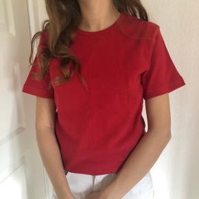 Sælger denne røde t-shirt, den passes af en small☀️   Den kan hentes i Aarhus og Skanderborg, ellers sendes på købers regning🌸