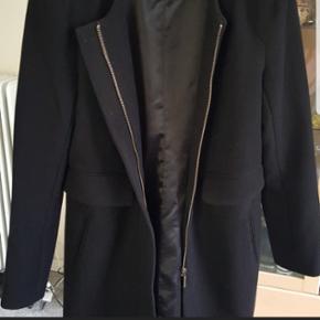 Sort jakke/blazer fra Lucy&Co str. MJakken har skulderpuder, to lommer foran og så lukkes den med en fin guldlynlås.  Den er kun brugt et par gange da den desværre er for stor til mig.  Hentes i Valby eller sendes med DAO
