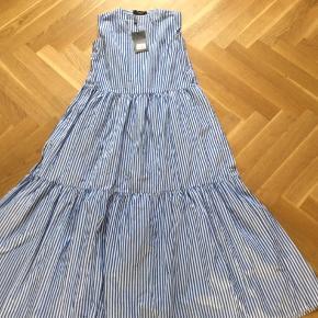Lang flot kjole. Model Embra. Stadig med mærker. Nypris 500,-. Stribet bomuld i blå og hvid. Længde 140 cm. Brystvidde 51*2 cm.
