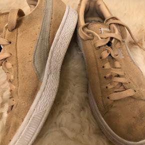 Sælger disse fersken farvet/mild lys beige sneakers i en str.36. De er godt brugte og kan også sagtens vaskes helt rene.  Købspris: 350kr
