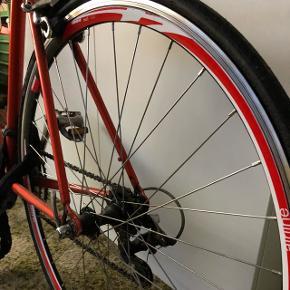 Gammel retro cykel. Rigtig fin gammeldags racercykel, helt ny kæde,bagdæk og tandhjul. Altid stået inde i kælder og alt virker.  Prisen er til forhandling. Men kom endelig med et bud, skal til at flytte og vil gerne sælge inde .