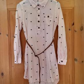 Varetype: Skjorte kjole med bælte Farve: Lyserød  Super sød skjortekjole med bælte. 100% bomuld.   Sender gerne med DAO for 35 kr.