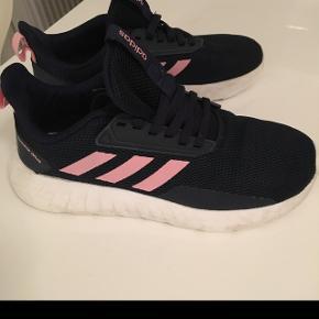 Adidas sko str 36 brugt 2 gange og nyvasket og imprægneret.