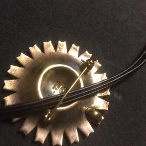 Broche men kan også bruges som halskæde, lædersnoren (hvis man vil bruge den som halskæde) medfølger