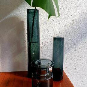 """Holmegaard """"Labrador"""" vaser designet af Per Lütken i koksgrå / røgfarvet. Den store cylindervase ser man sjældent, men den har desværre nogle ridser, derfor sat lavt i pris. Se nærbillederne. H: 37 cm Ø: 7 cm. Koster 675,- Den lille cylindervase har kun en enkelt lille ridse. H: 23 cm Ø: 6 cm. Koster 375,- Den lille har nogle stænk af noget kalk artigt jeg ikke lige i farten kunne få af. Den koster derfor kun 150,- H: 14 cm. Ø: 9 cm. Er kun til afhentning på Nørrebro."""