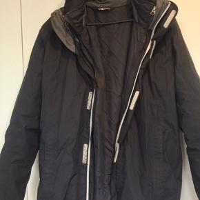 Fejler ingenting.  2i1 jakke, regnjakke og dunjakke i en.