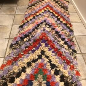 """Fint tæppe købt i Marokko. Håndlavet. Tæppet er gået lid i sømmen det betyder ikke noget - det kan ikke """"løbe"""" mere sim jeg vurderer det:-) måler ca 85x245 cm"""