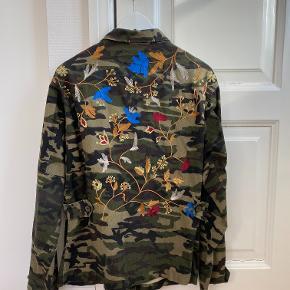 Fin oversized camo-jakke med mønster bagpå.