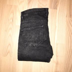 2nd Day Jolie stramme slim jeans med stretch / stræk. Mørkegrå. Str. 26 (S / XS). Mærket er revet halvt over. De er næsten som nye.  Jeg har også mange andre jeans fra Day i nogenlunde samme størrelse til salg :)   Se også mine mange andre annoncer med lækre mærkevarer, vintage og andre fine ting til gode priser. Der er ekstra gode priser, hvis du køber flere af mine varer :)  Varen er i Blovstrød på Nordsjælland.