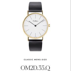 Jeg sælger dette helt nye Ole Mathiesen ur.Uret måler 35 mm i diamater. Koster 7685kr fra ny.  Der medfølger selvfølgelig æske og garantibevis.
