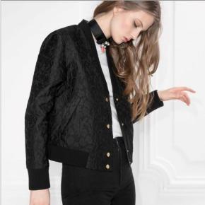 &other stories jacquard bomber jacket En smuk sort bomer jakke. Det har et fantastisk struktureret mønster og gyldne knapper. uforet